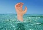 Main qui sort de l'eau